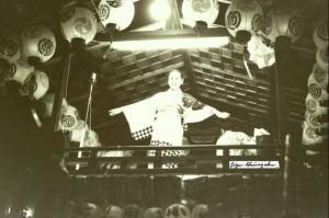 祇園祭の風景 山車の上で歌う
